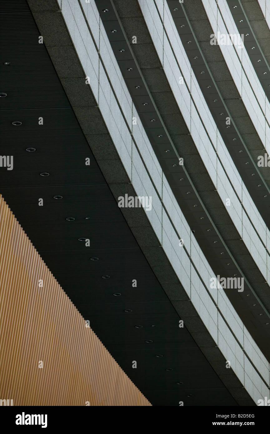 Giappone, Tokyo, un edificio moderno vicino, angolo basso Immagini Stock