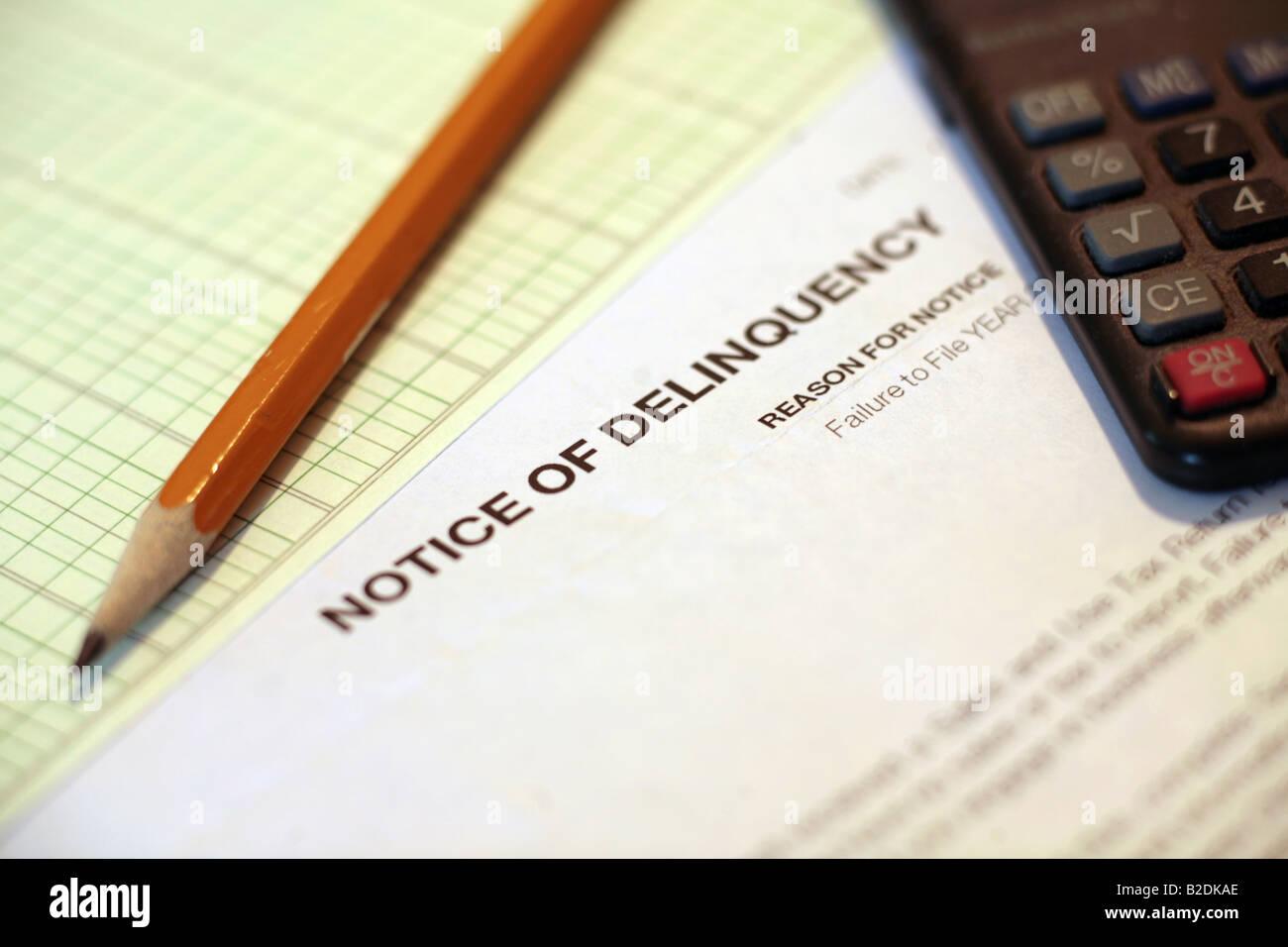 Avviso di Deliquency documenti cartacei con la calcolatrice e un foglio di carta millimetrata Immagini Stock