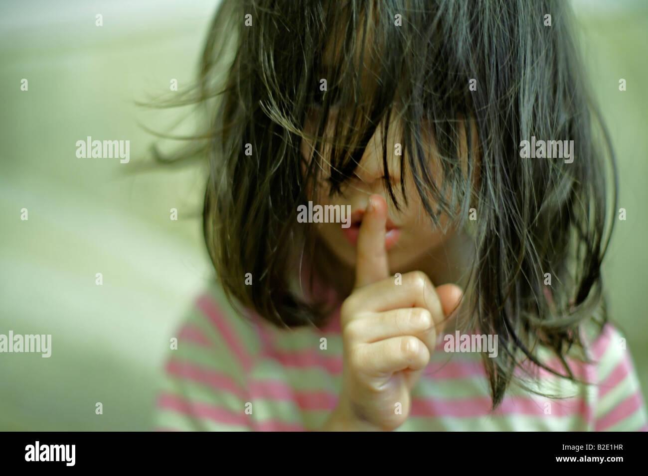 Bambina di cinque anni con capelli disordinati Immagini Stock