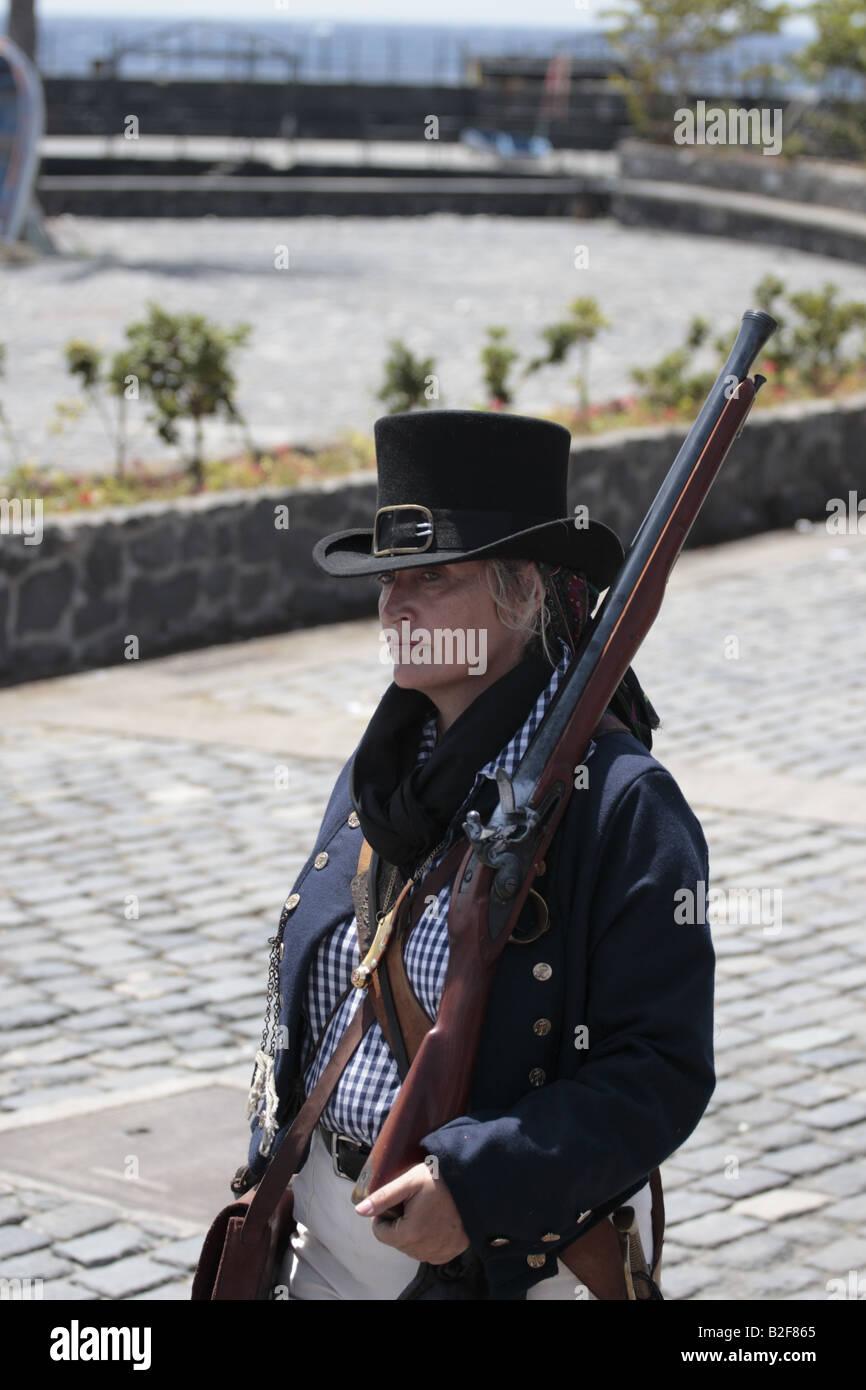Un elemento femmina delle forze inglesi in marcia durante una rievocazione storica del 1797 Battaglia di Santa Cruz Tenerife Foto Stock