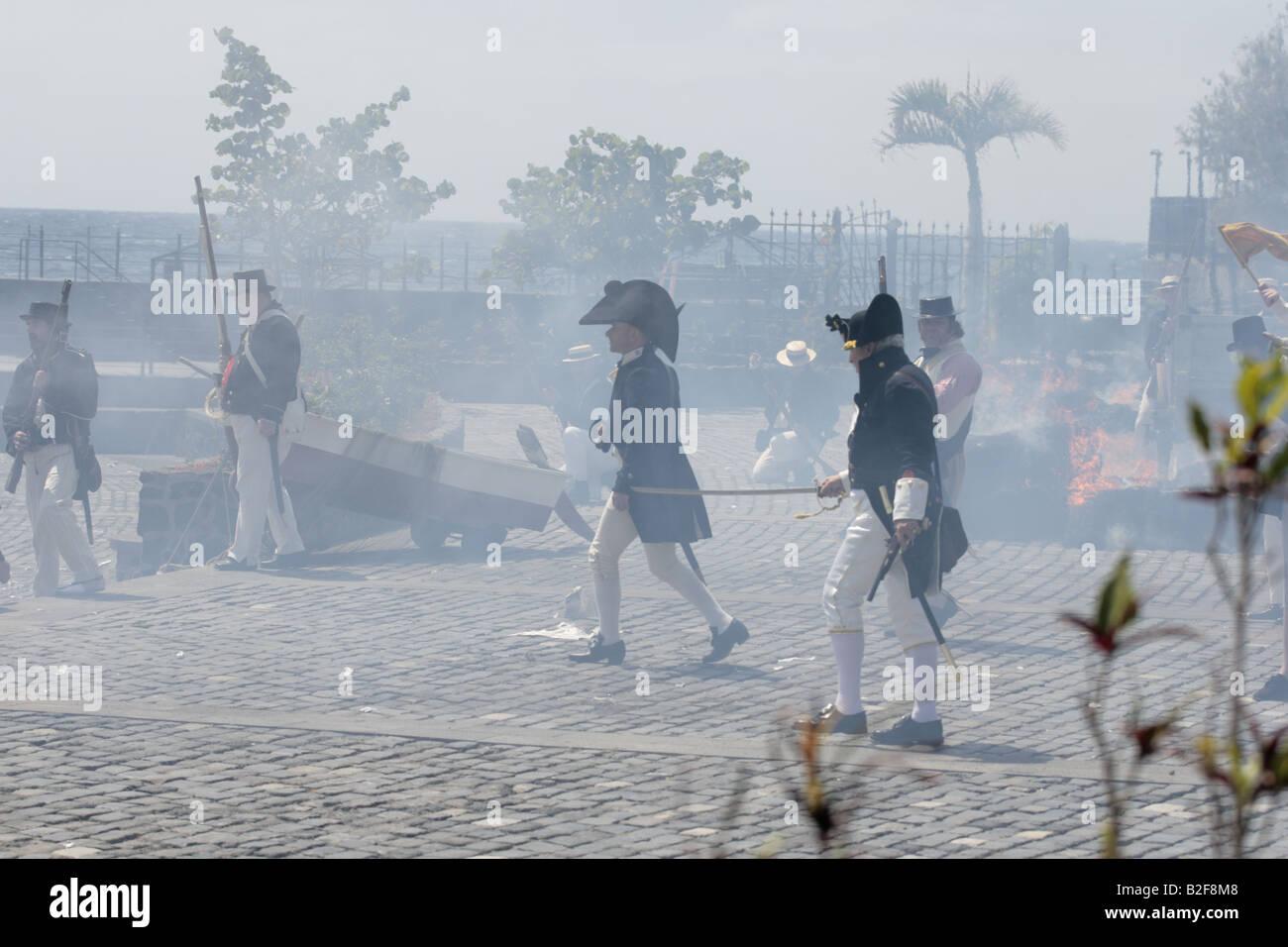 Capitano Troughbridge e le truppe inglesi si muovono attraverso una smoky haze durante una rievocazione storica del 1797 Battaglia di Santa Cruz Tenerife Foto Stock