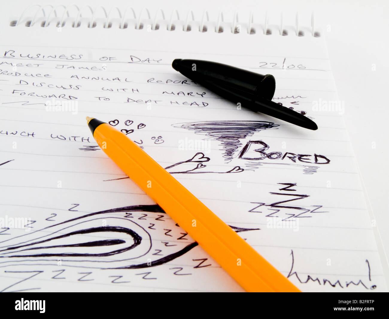 Doodle schizzo foderato di affari di lavoro Notepad con annoiato disegni e arancione nera Biro BIC Marcatore su Immagini Stock