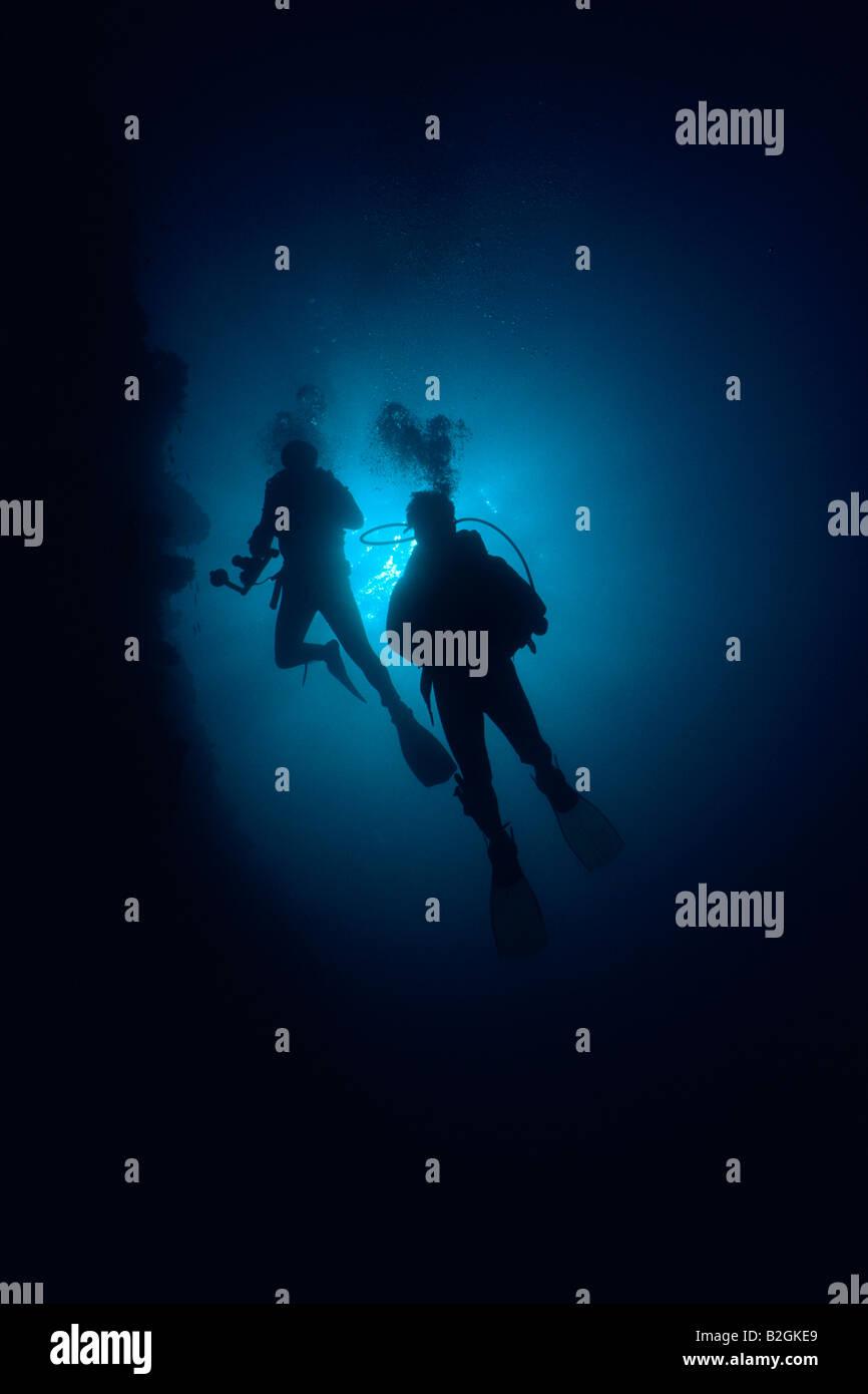 I subacquei Coral reef contre jour Sommergibile Subacqueo subaqua coppia retroilluminazione Immagini Stock