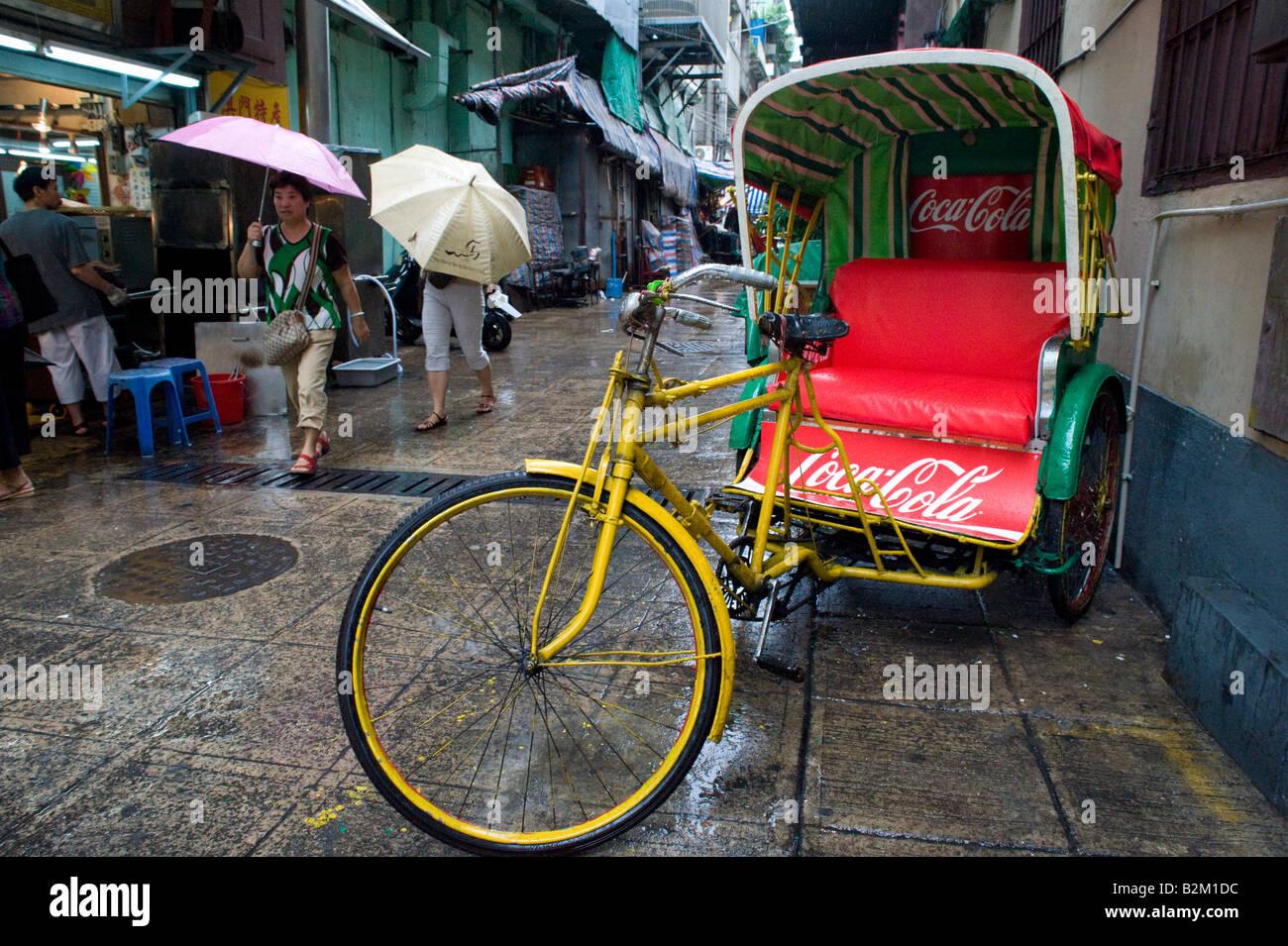 Tradizionale triciclo tricolo parcheggiato in strada a Macao Cina 2008 Immagini Stock