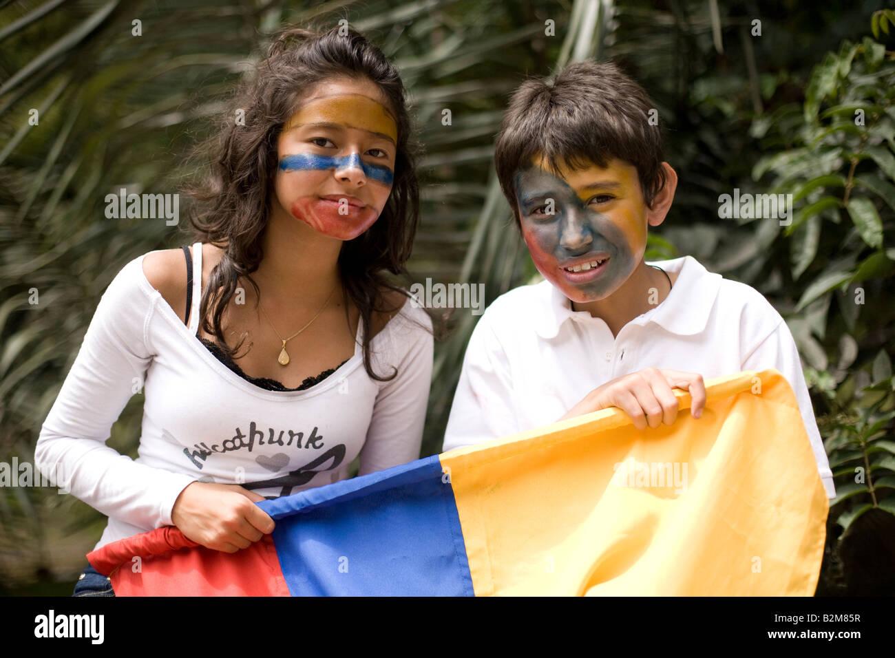 Bambini colombiani che indossa la vernice faccia tenere un colombiano bandiera ad un anti-FARC marzo Immagini Stock