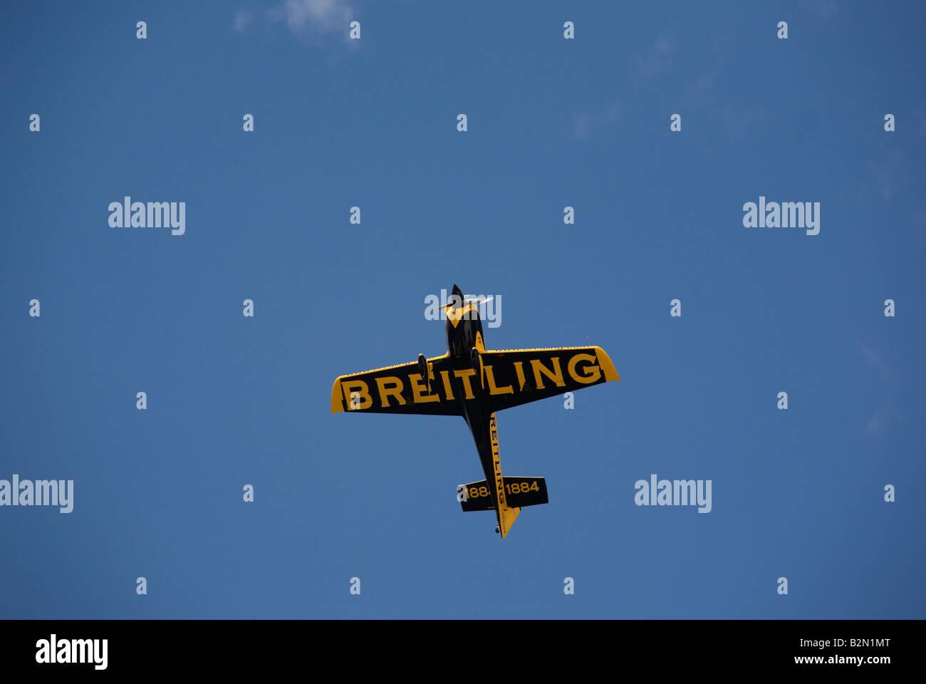 Red Bull Air Race concorrente in giallo e nero di un aereo su un