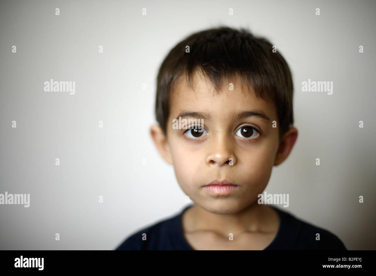 6 anno vecchio ragazzo razza mista etnico indiano mani del padre tenendo il suo volto Immagini Stock