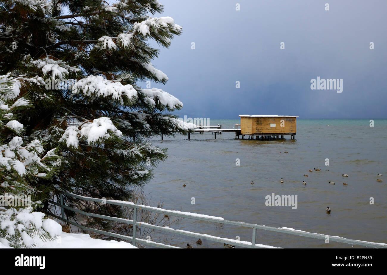Una tempesta si sta avvicinando sul lago Tahoe in inverno il paesaggio delle montagne di versione può essere appena visibile attraverso le nuvole Foto Stock