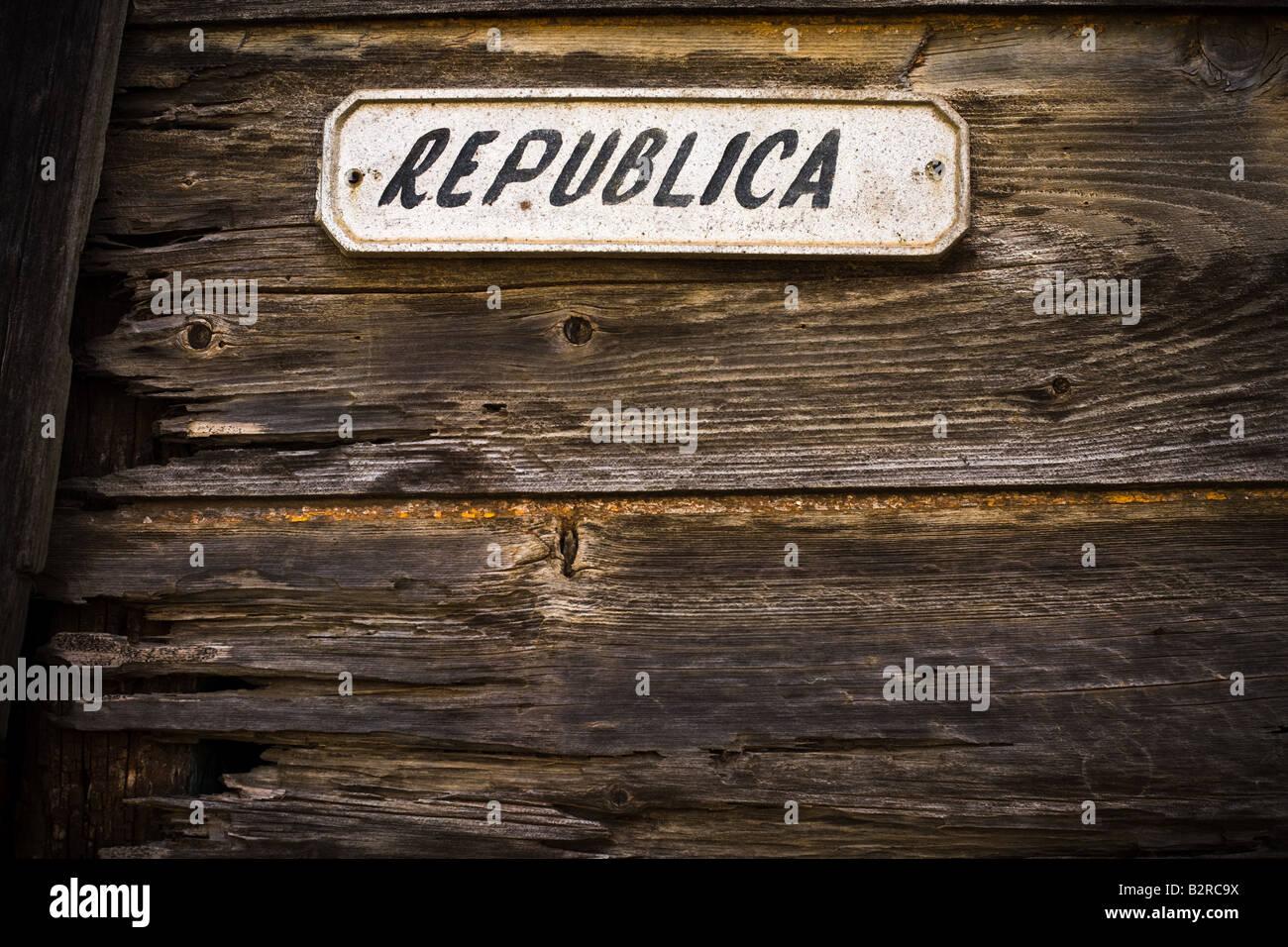 Segno che indica il nome della Republica street in Baracoa, Cuba Immagini Stock