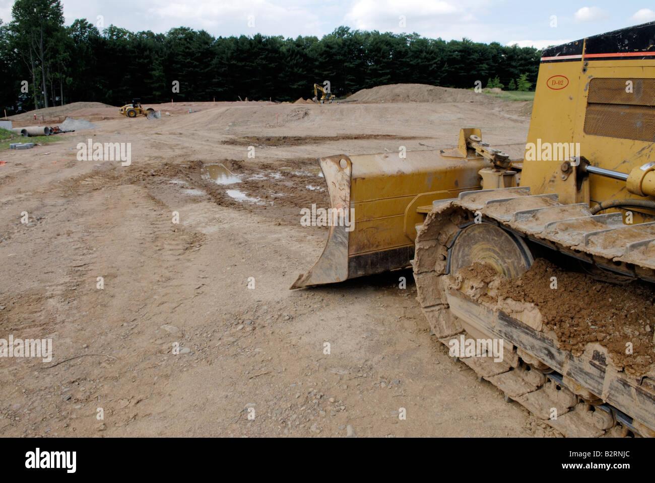 Bulldozer a cancellazione per un nuovo sviluppo di alloggiamento Immagini Stock