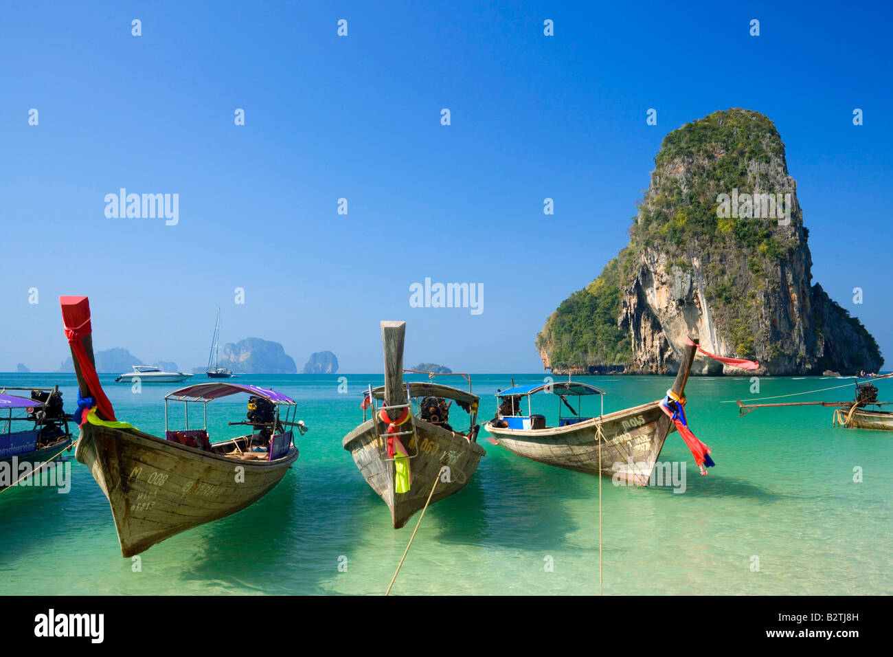Barche ancorate, chalk cliff in background, Phra Nang Beach, Laem Phra Nang, Railay, Krabi, Thailandia, dopo lo Immagini Stock