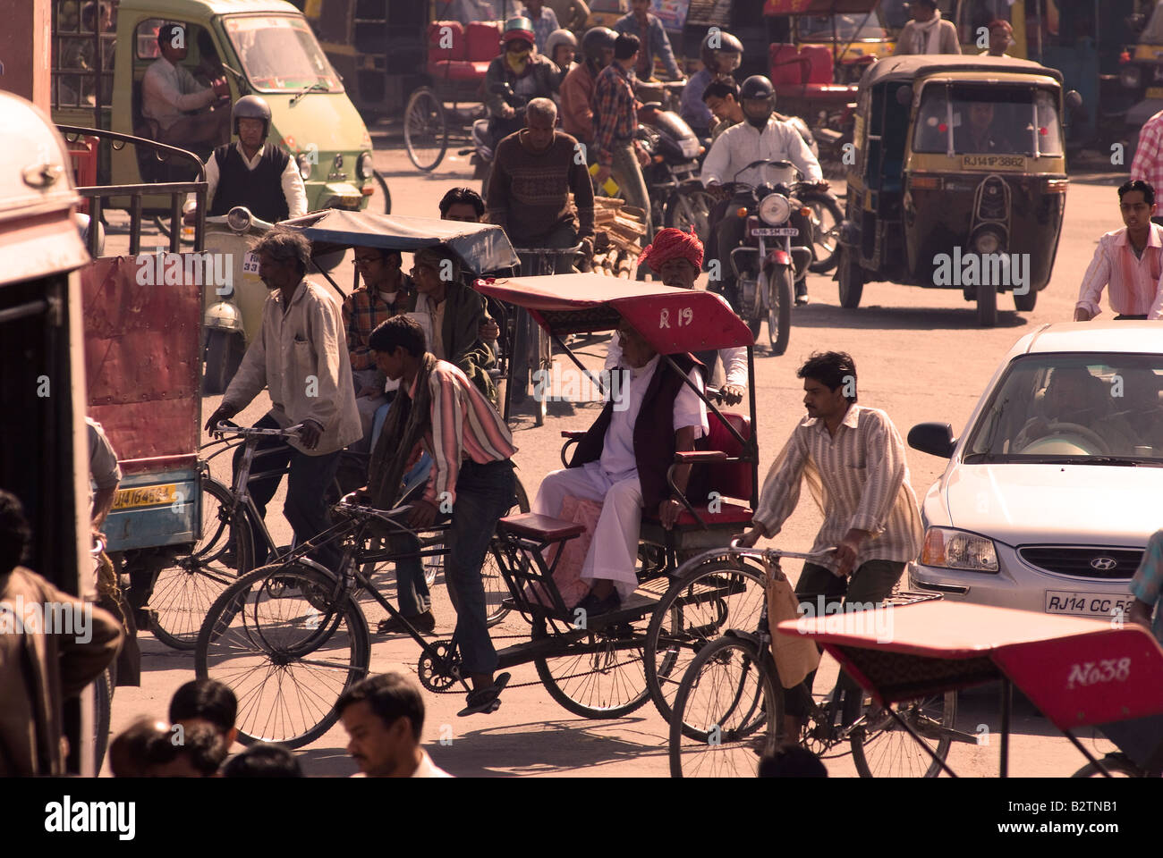 Il traffico a Choti Chaupar, città di Jaipur, Rajasthan, India, subcontinente, Asia Foto Stock