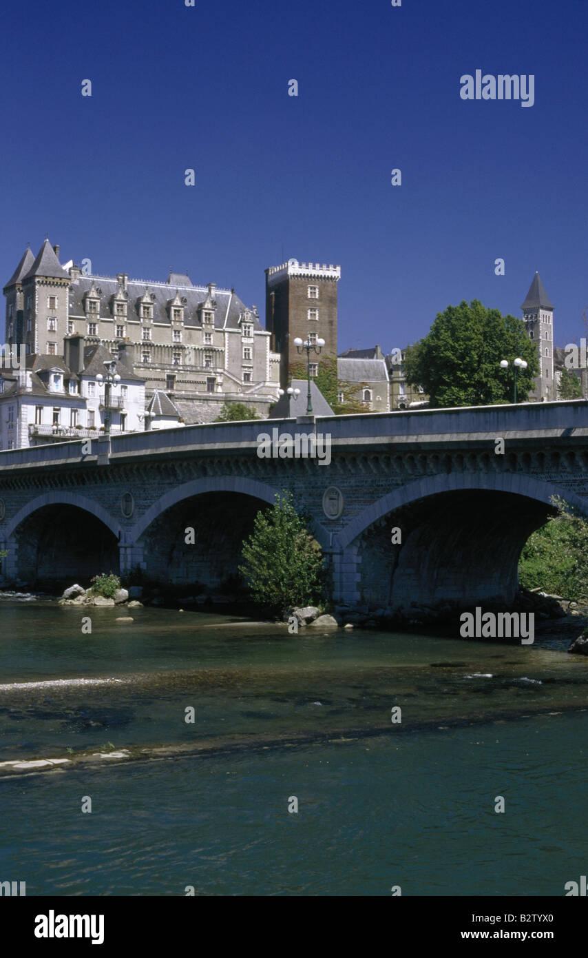 Chateau C XIV rimodellato C xix secolo Fiume Ponte ha dato BEARN PAU FRANCIA Immagini Stock