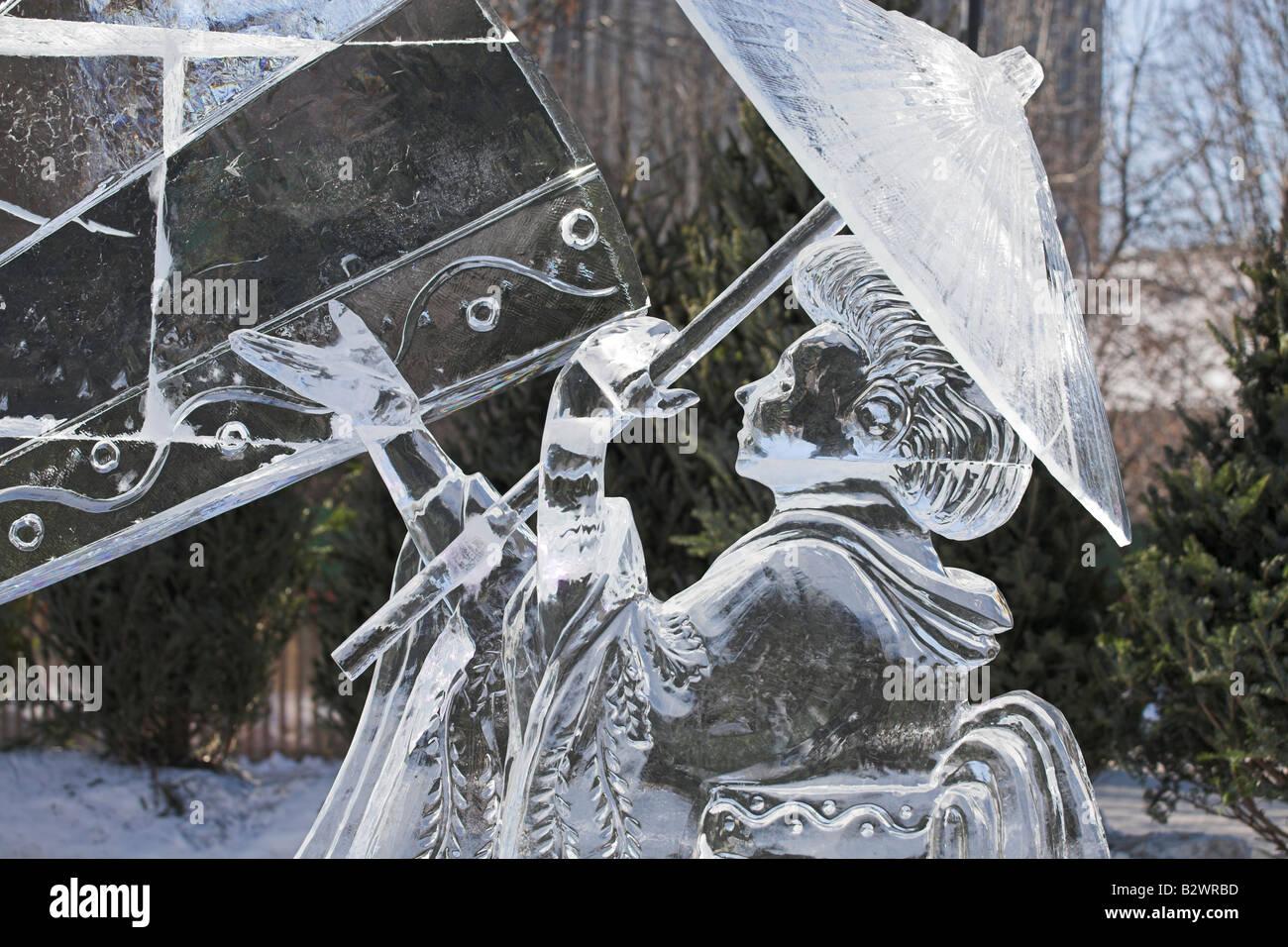 Icy Geisha e Parasol: una scultura di ghiaccio della geisha in fluenti vesti con un ombrellone a Ottawa Winterlude Foto Stock