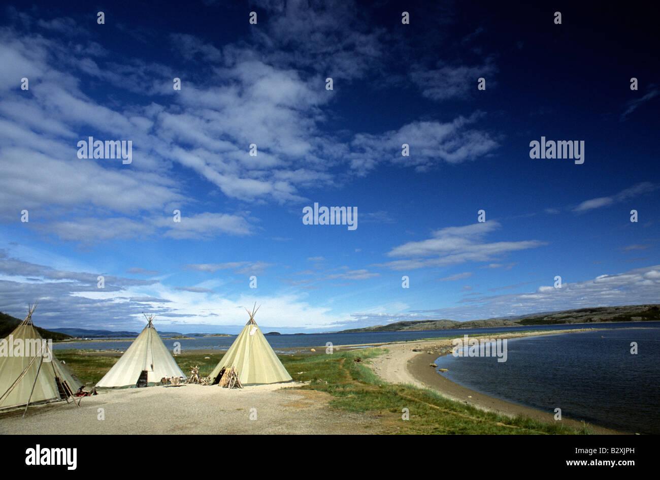 Norvegia Lakselv popolazione Sami tipis e fjord Immagini Stock