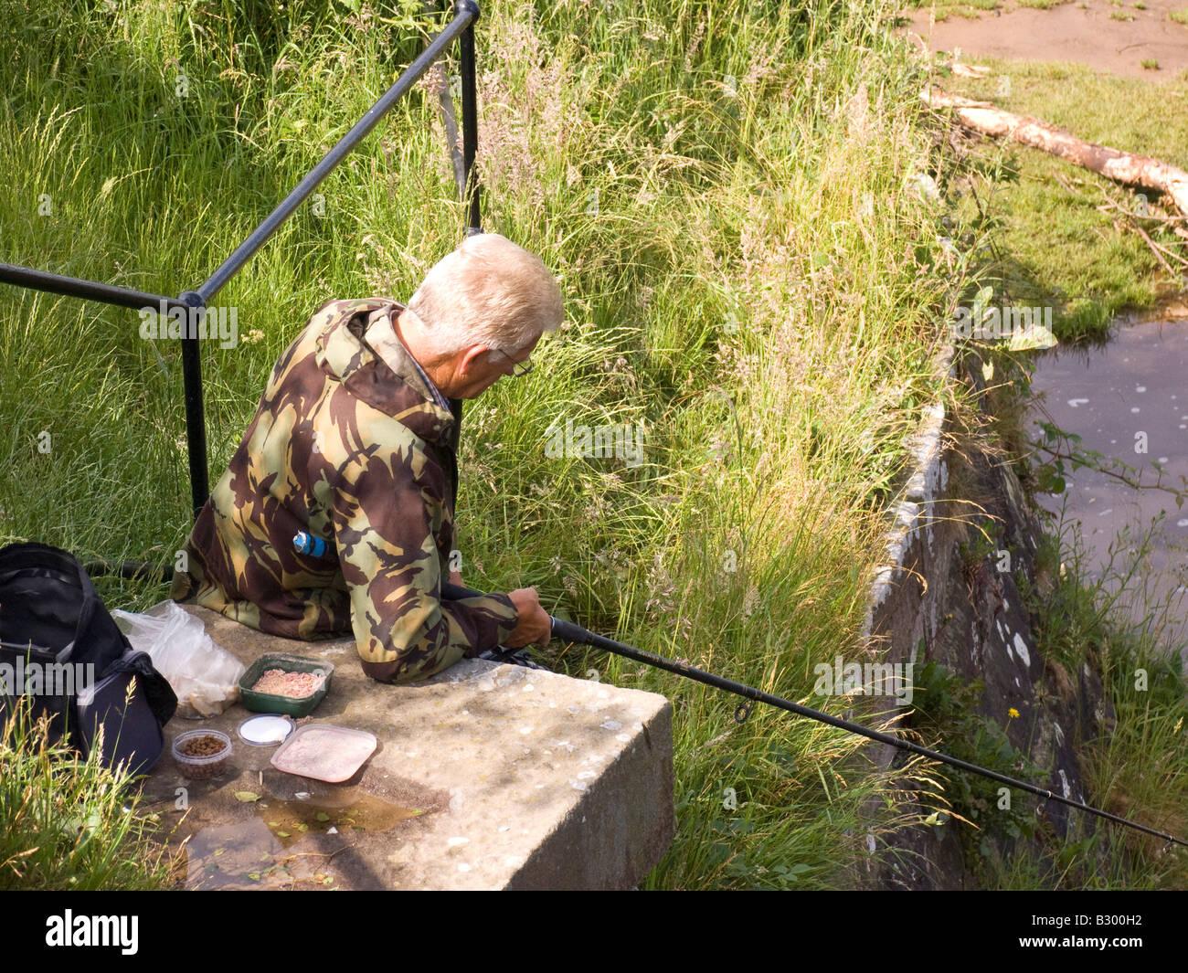 Fisherman angling su Lancaster canal Immagini Stock
