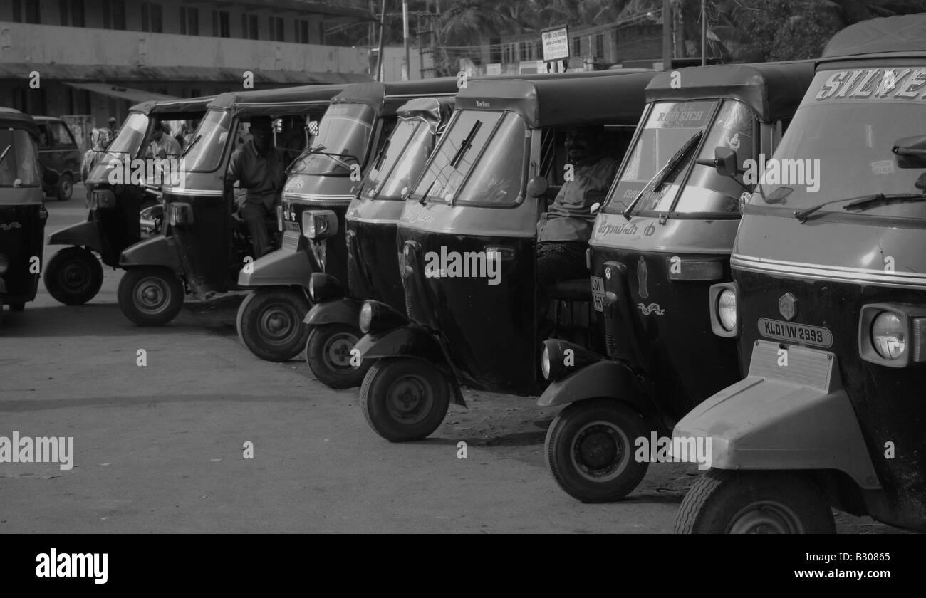 Risciò motorizzati di attesa per i passeggeri al porto di Vizhinjam, Trivandrum, Kerala, India Immagini Stock