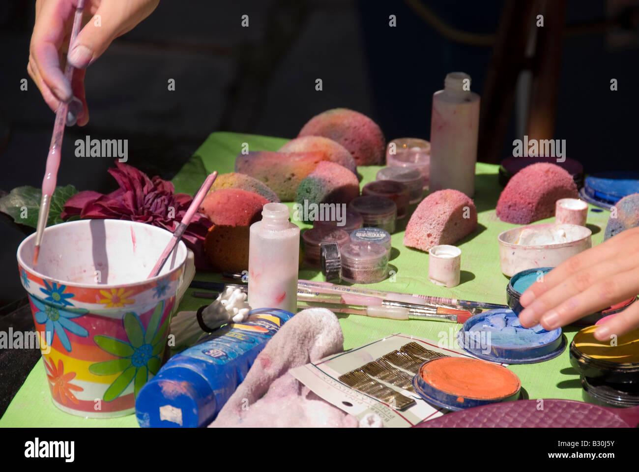Città di Québec in Canada donna artista di strada faccia prepara le vernici brillanti colori Immagini Stock