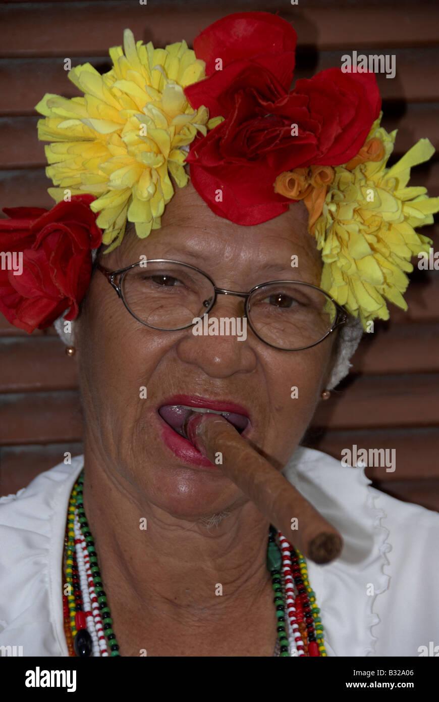 Sigaro cubano Lady Havana Cuba Foto Stock