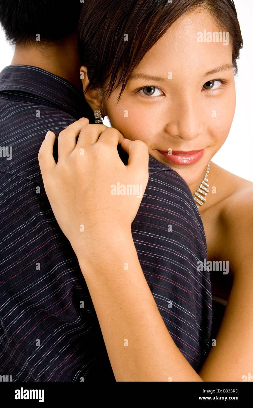 donna nera che esce con luomo asiatico