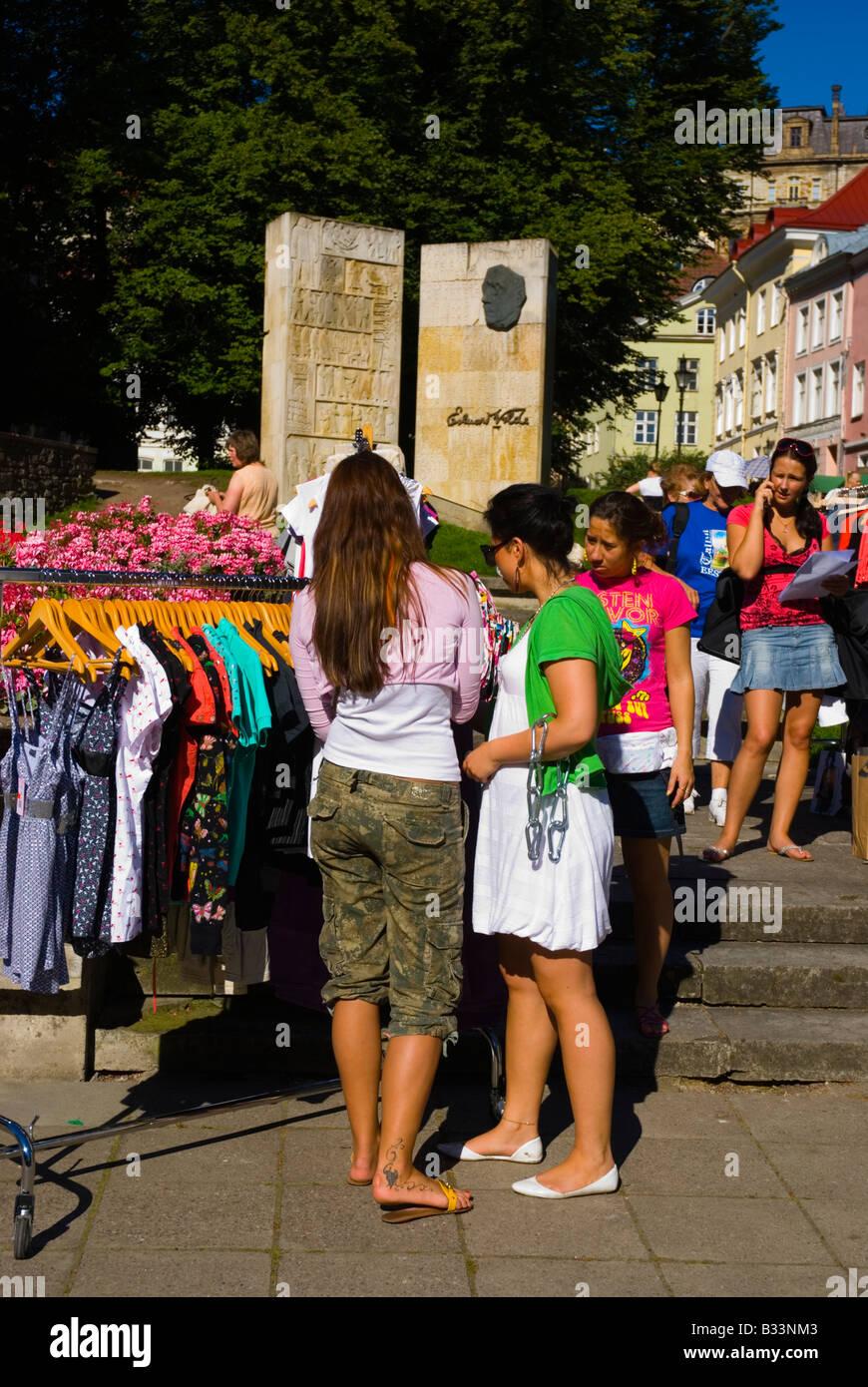 Bancarelle che vendono vestiti di fronte Niguliste chiesa nella città  vecchia di Tallinn Estonia Europa e29a5a15f80