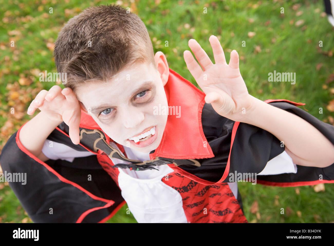 Ragazzo giovane all'aperto indossando il costume di vampiri di Halloween Foto Stock