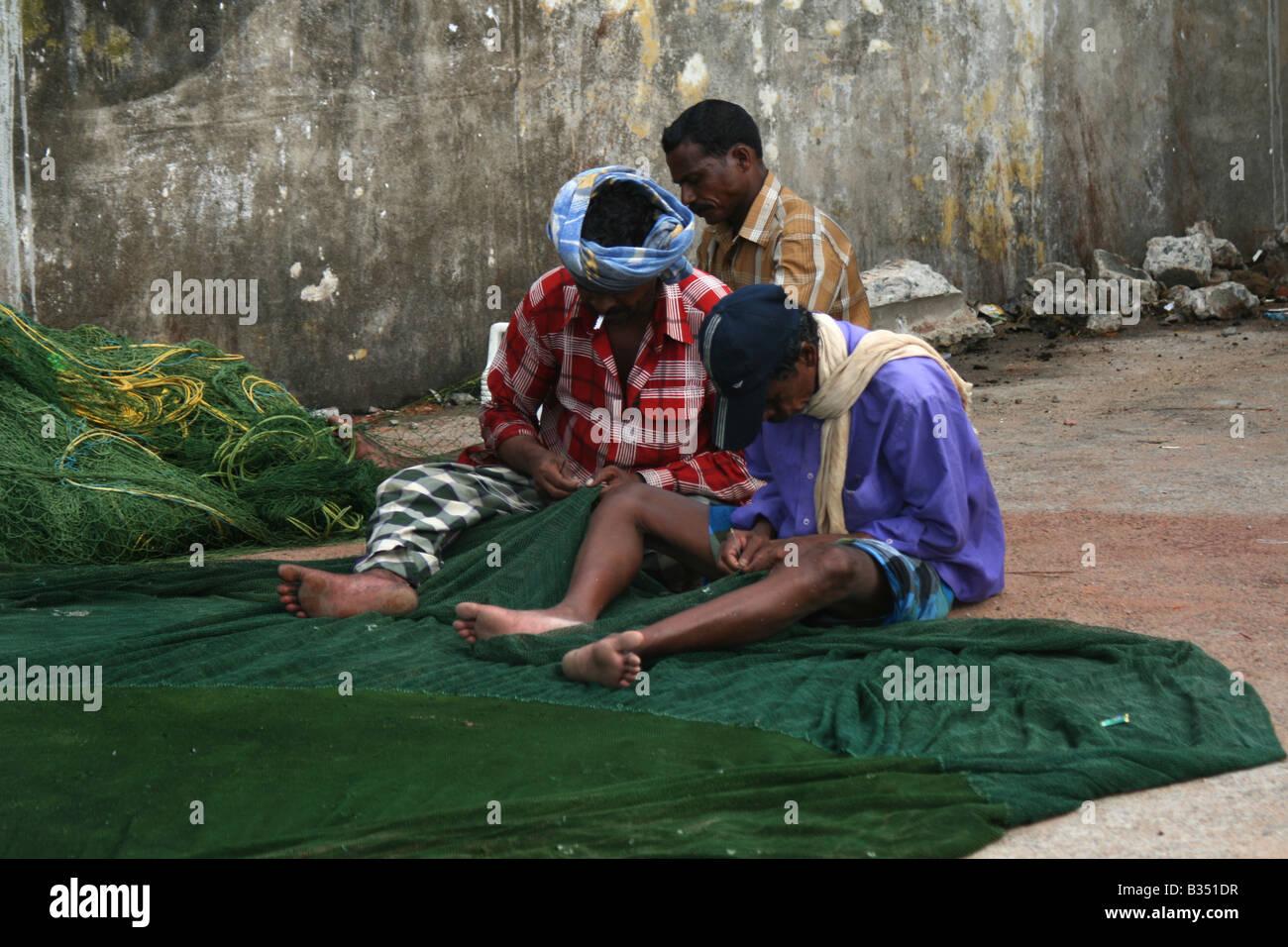 Immagine a colori di pescatori Tutina in rete di tessitura Immagini Stock