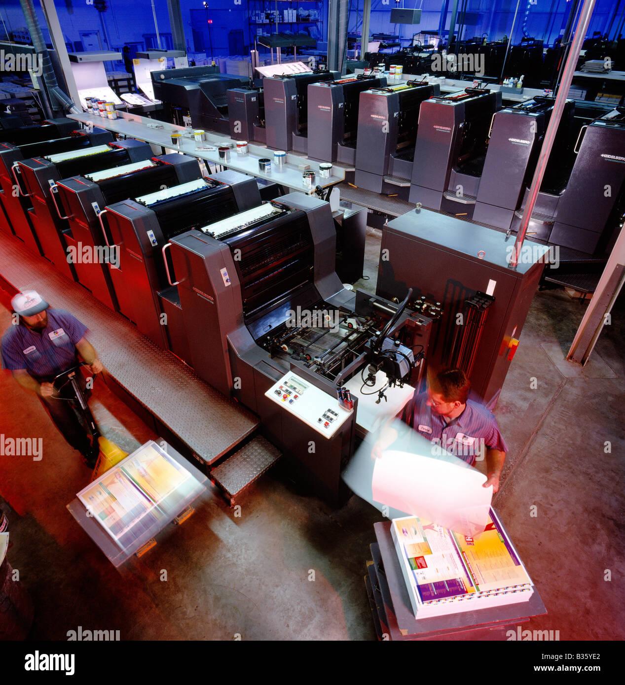 I lavoratori in esecuzione a Heidelberg premere in un impianto di litografia Immagini Stock