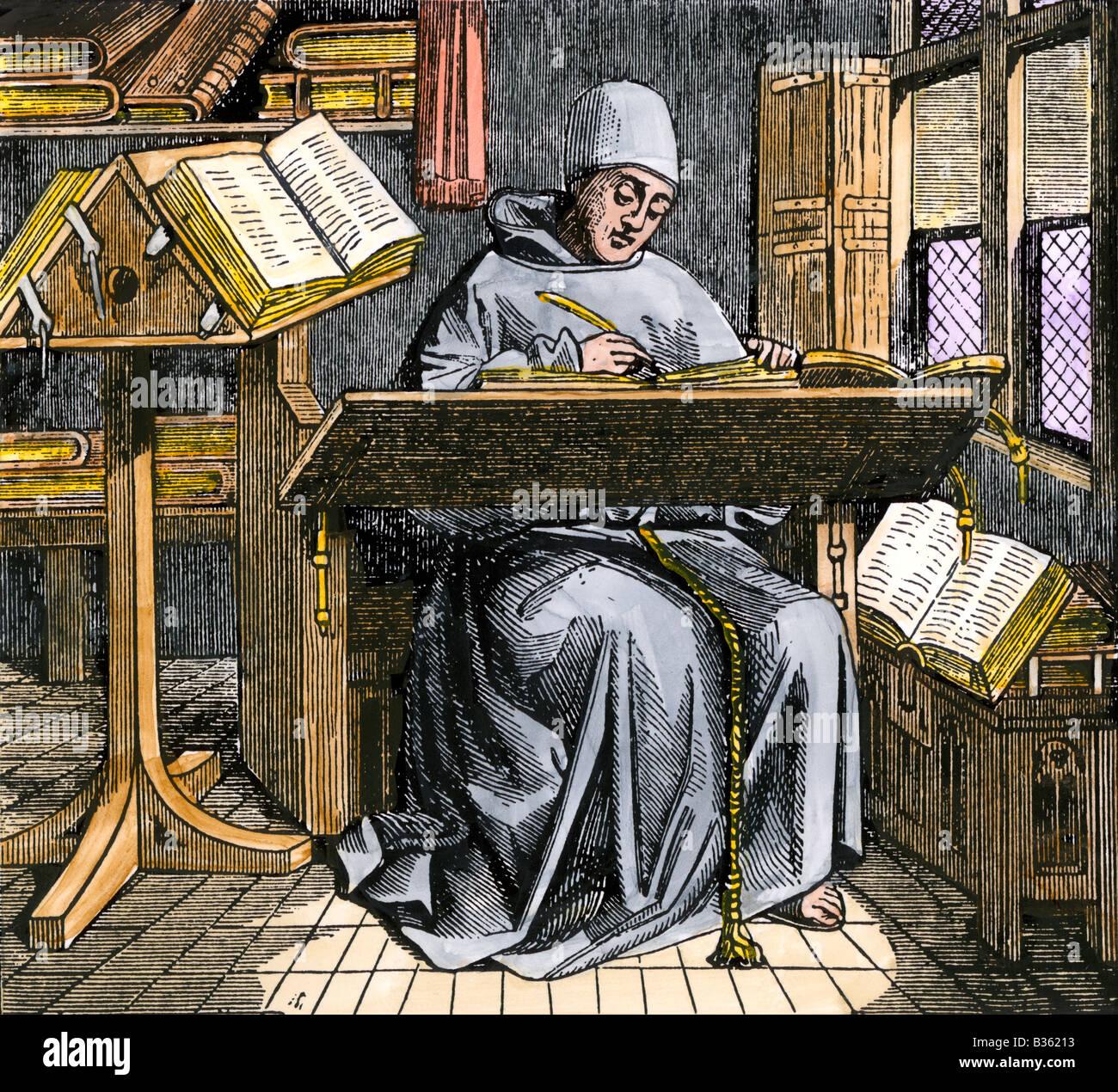Scriba medievale iscritto presso una scrivania circondata da aprire i manoscritti. Colorate a mano la xilografia Immagini Stock