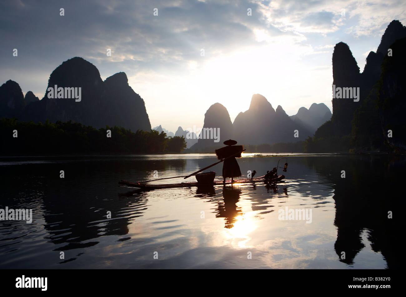 Cormorano pescatore di Lijang Fiume Li Xingping Guilin provincia Cina modello di rilascio 701 Immagini Stock