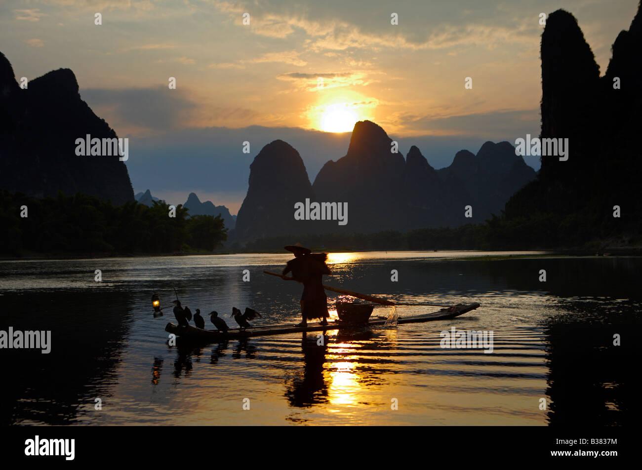 Cormorano pescatore di Lijang Fiume Li Xingping Guilin provincia cinese. modello di rilascio 701 Immagini Stock