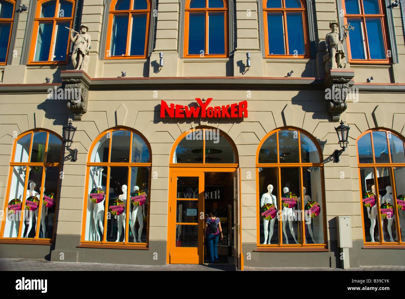 New Yorker negozio di abbigliamento nella città vecchia di Riga Lettonia  Europa 0e8b630d1e04