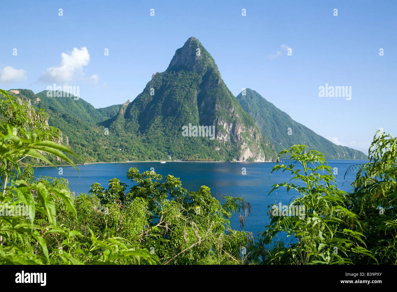 Pitons St Lucia; i pitons vista osservata attraverso Soufriere Bay, St Lucia, isole Windward, West Indies Caraibi Foto Stock