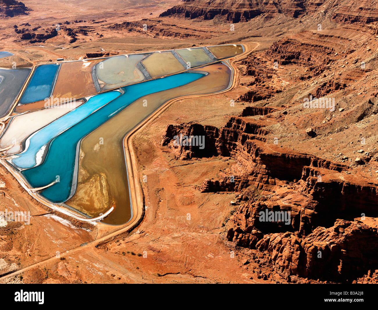 Paesaggio aeree dei bacini di decantazione degli sterili per rifiuti minerali nelle zone rurali Utah Stati Uniti Immagini Stock