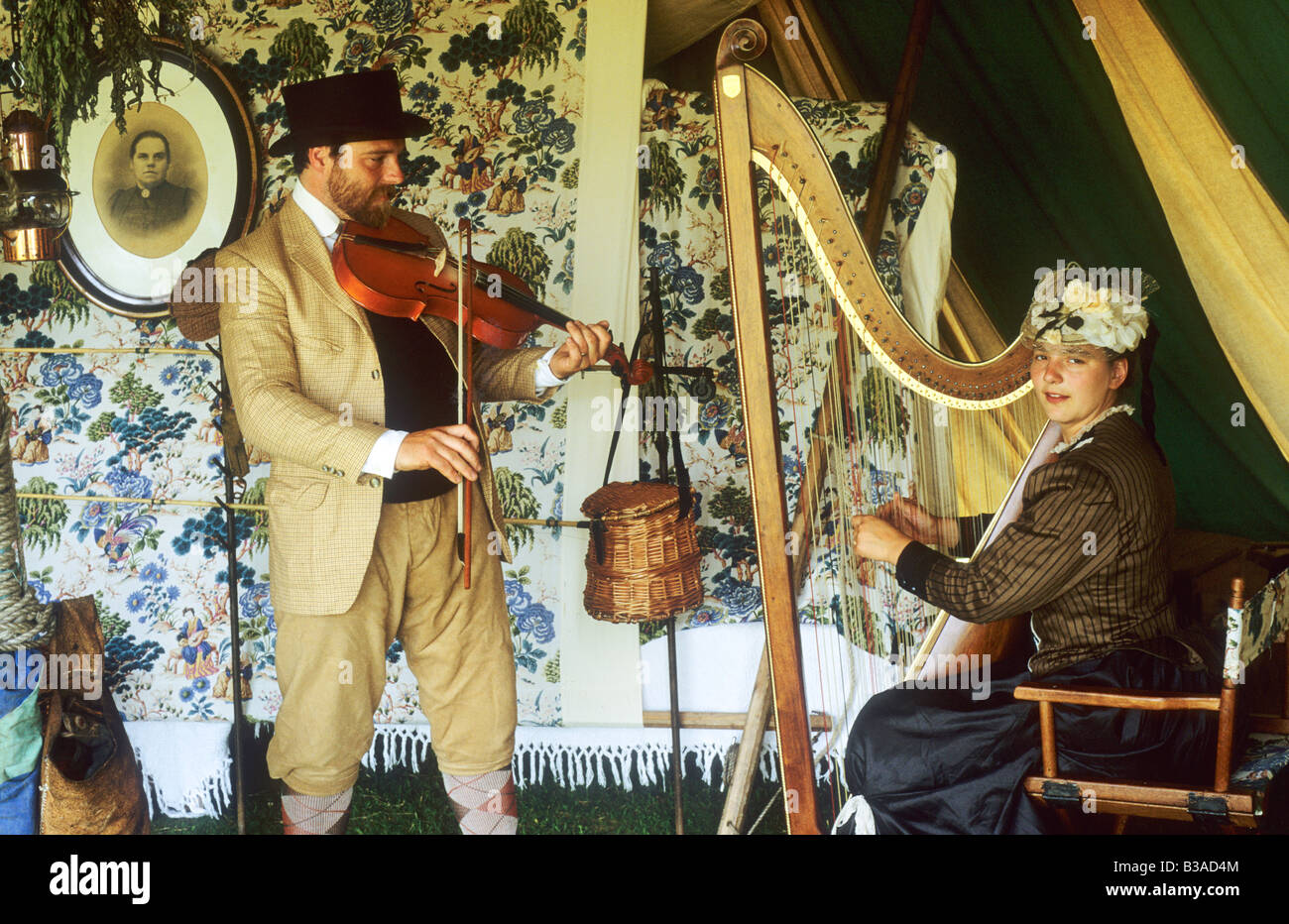 Victorian rievocazione storica musicisti strumenti musicali fiddle violino arpa cembalo English costume Hautbois Foto Stock