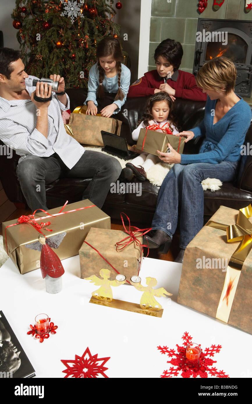Apertura Regali Di Natale.Apertura Della Famiglia Regali Di Natale Foto Stock Alamy