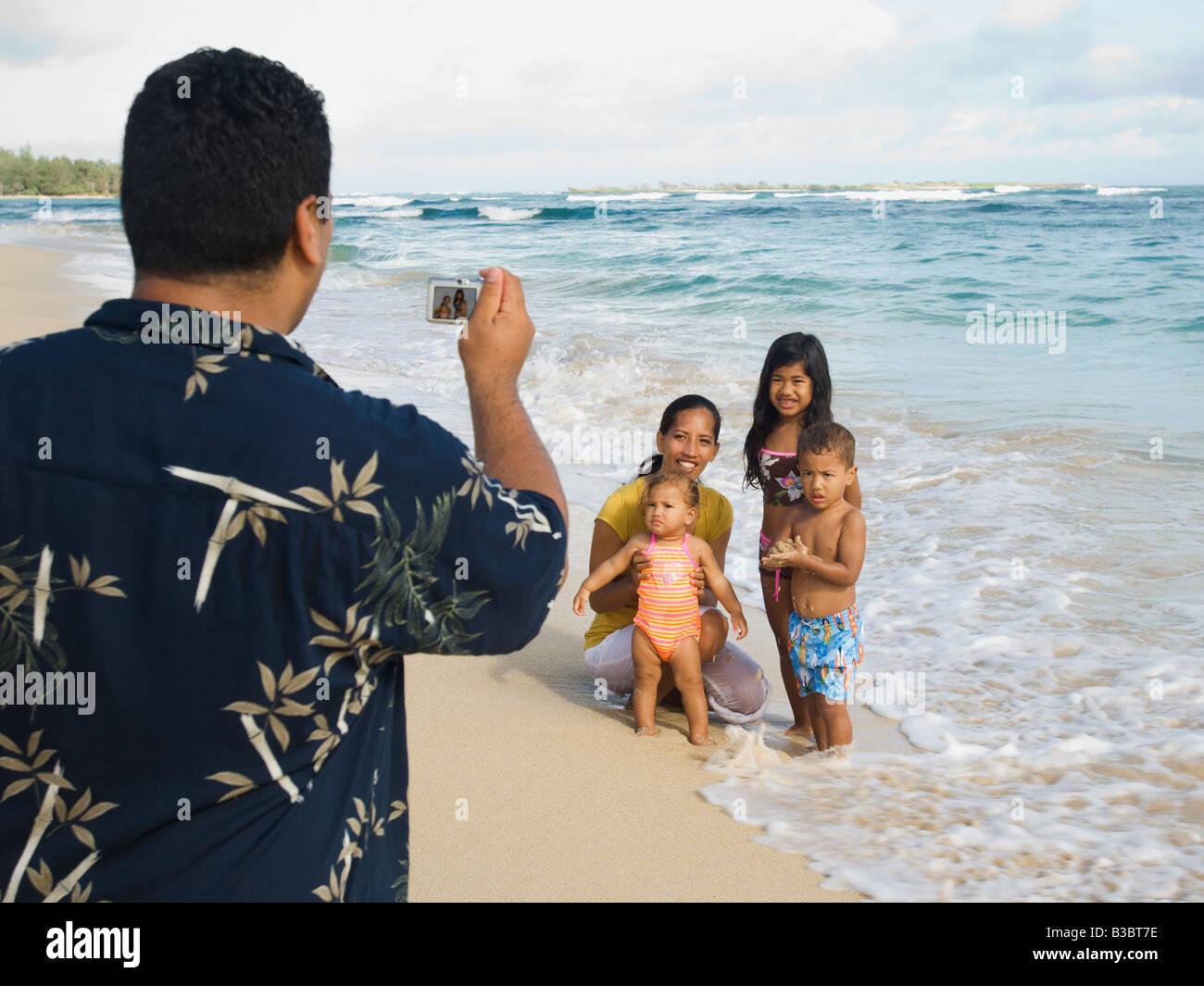 Pacific Islander padre tenendo fotografia di famiglia Foto Stock
