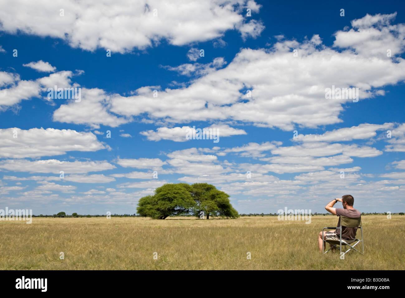 Africa, Botswana, turistico guardando il paesaggio Immagini Stock