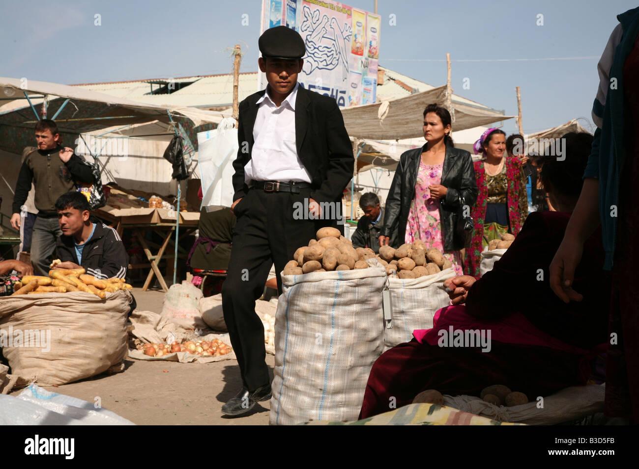 La vendita di patate al mercato centrale in Urgench, Uzbekistan Immagini Stock