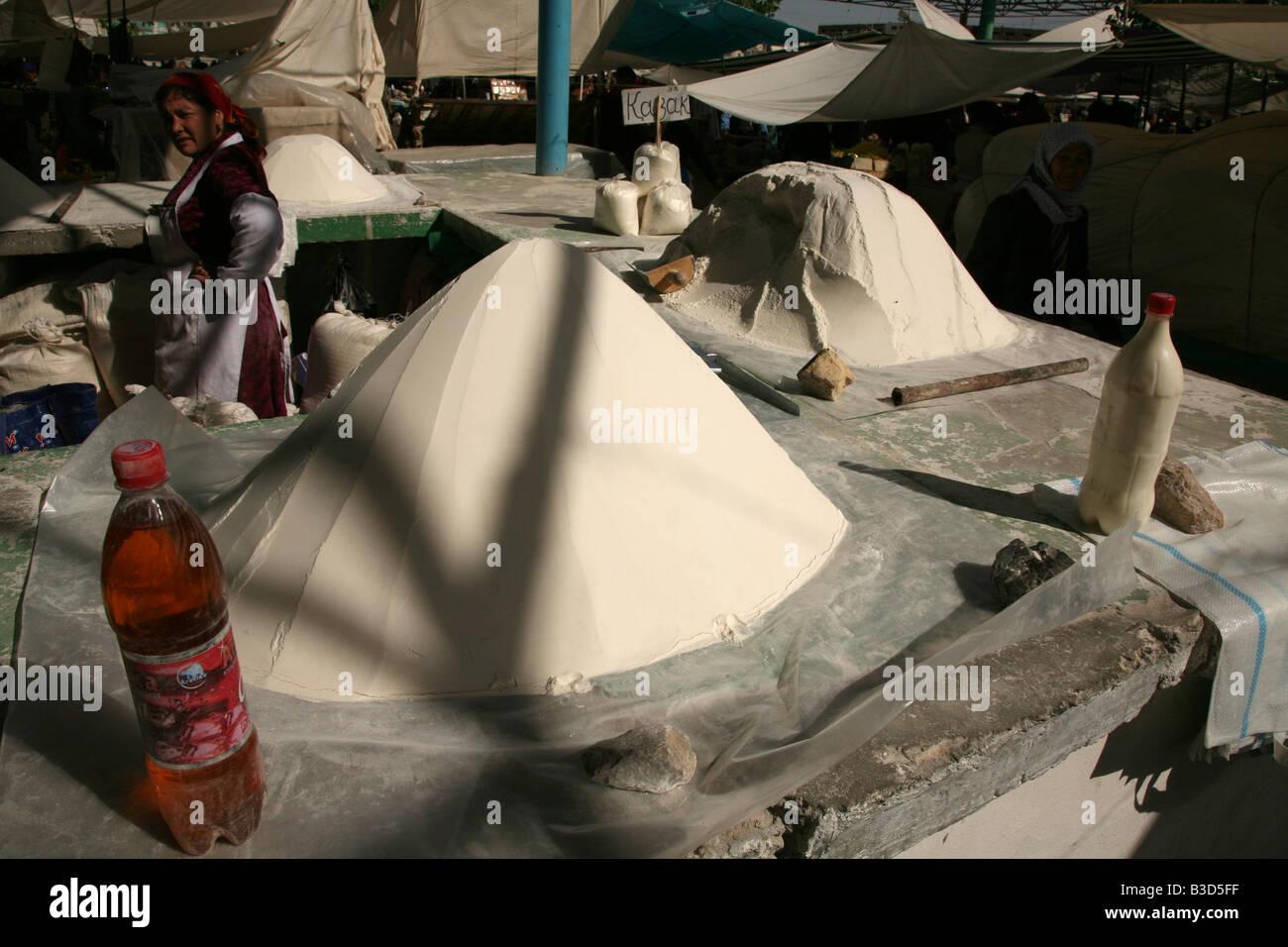 La vendita del fornitore di farina al mercato centrale in Urgench, Uzbekistan Immagini Stock