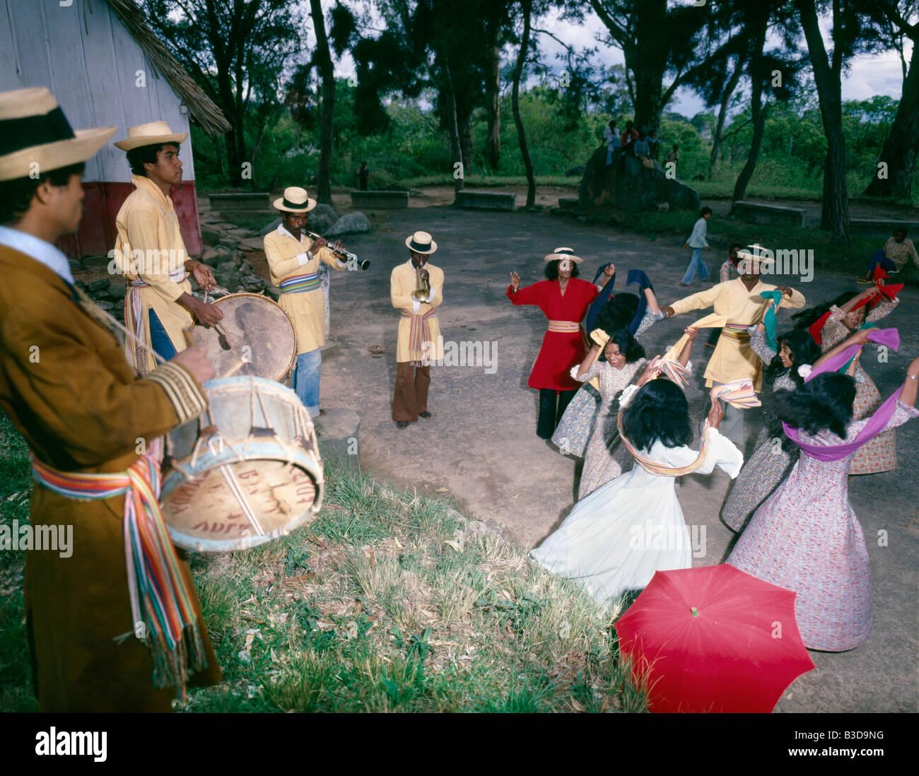 Folklore madagascar performance di danza tradizionale a Madagascar Madagascar Africa popolo malgascio terzo world Immagini Stock