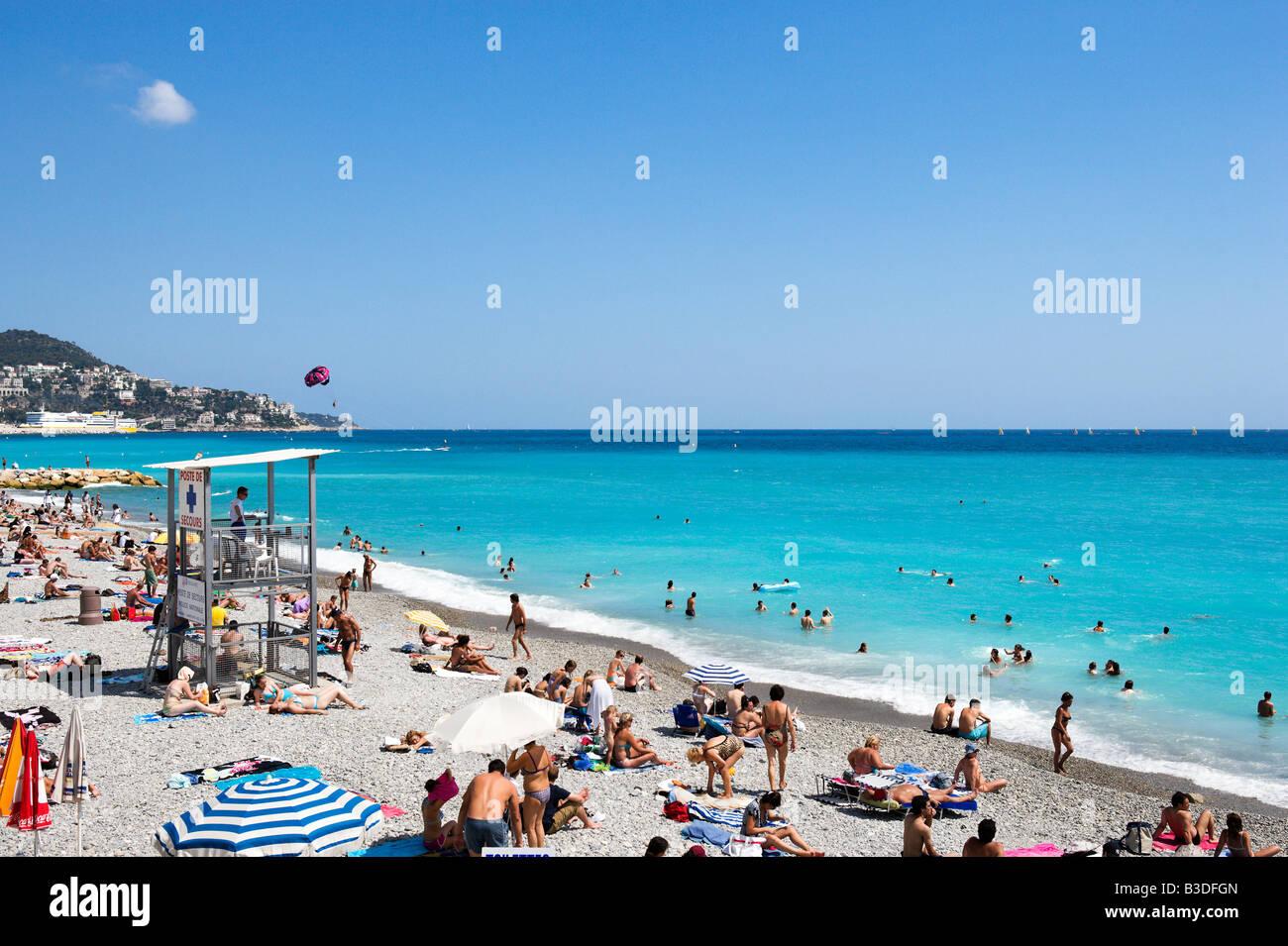 Spiaggia fuori la Promenade des Anglais, Nizza Cote d'Azur, Costa Azzurra, Francia Immagini Stock