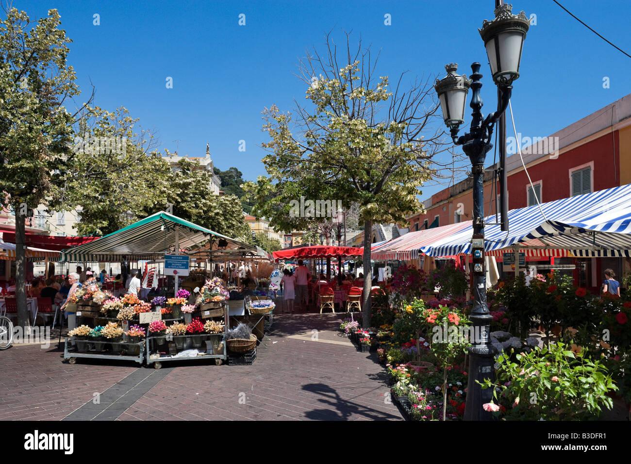 Bancarelle di fiori nelle Marche aux Fleurs, Cours Saleya nella città vecchia (Vieux Nice), Nizza Cote d'Azur, Immagini Stock