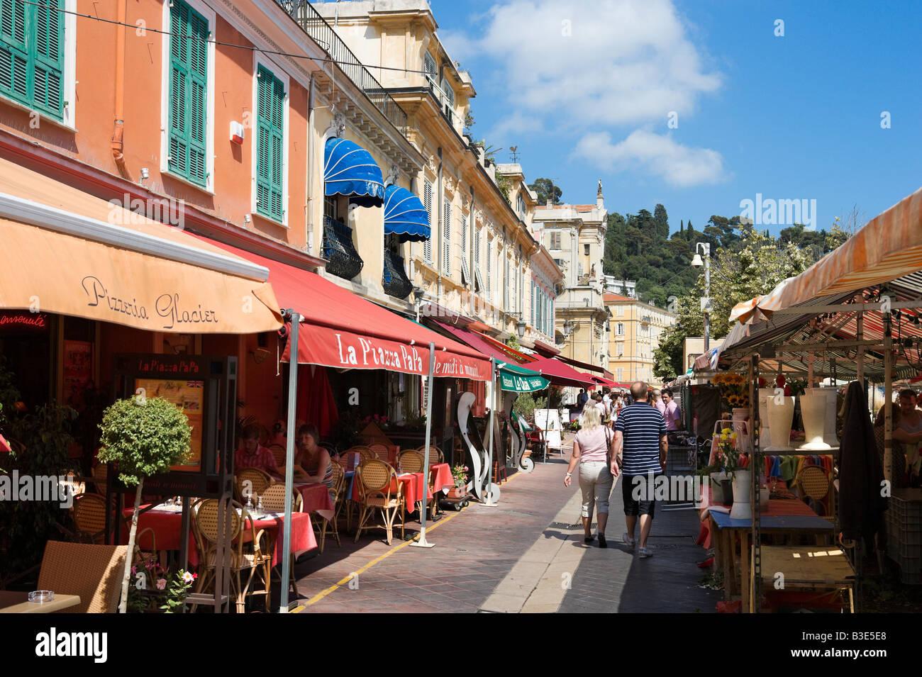 Ristoranti e mercato di Cours Saleya nella città vecchia (Vieux Nice), Nizza Cote d'Azur, Costa Azzurra, Immagini Stock