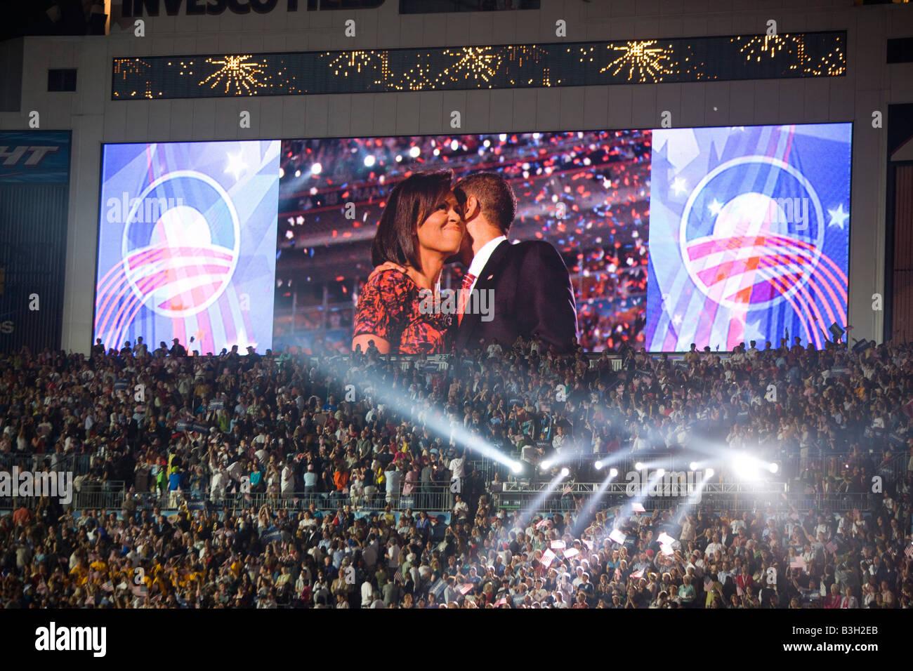 Barack e Michelle Obama abbracciare dopo il suo discorso all'Invesco Stadium a significare la fine della Convenzione Foto Stock