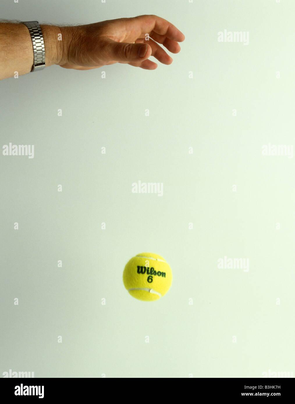 Una palla da tennis in caduta Immagini Stock
