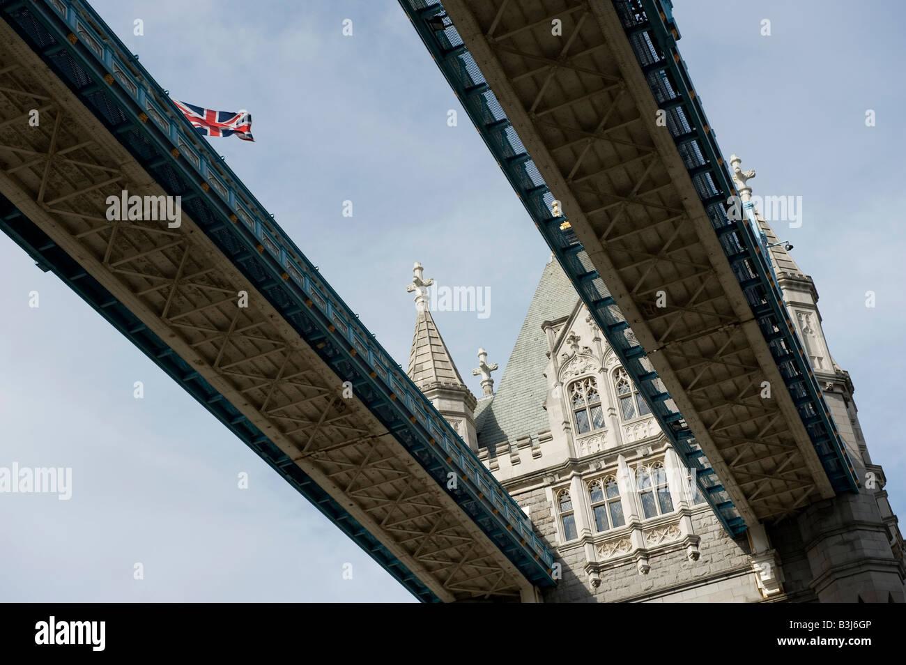 Il Tower Bridge di Londra è un ottimo punto di riferimento e il sollevamento di carreggiata e vicinanza alla Immagini Stock