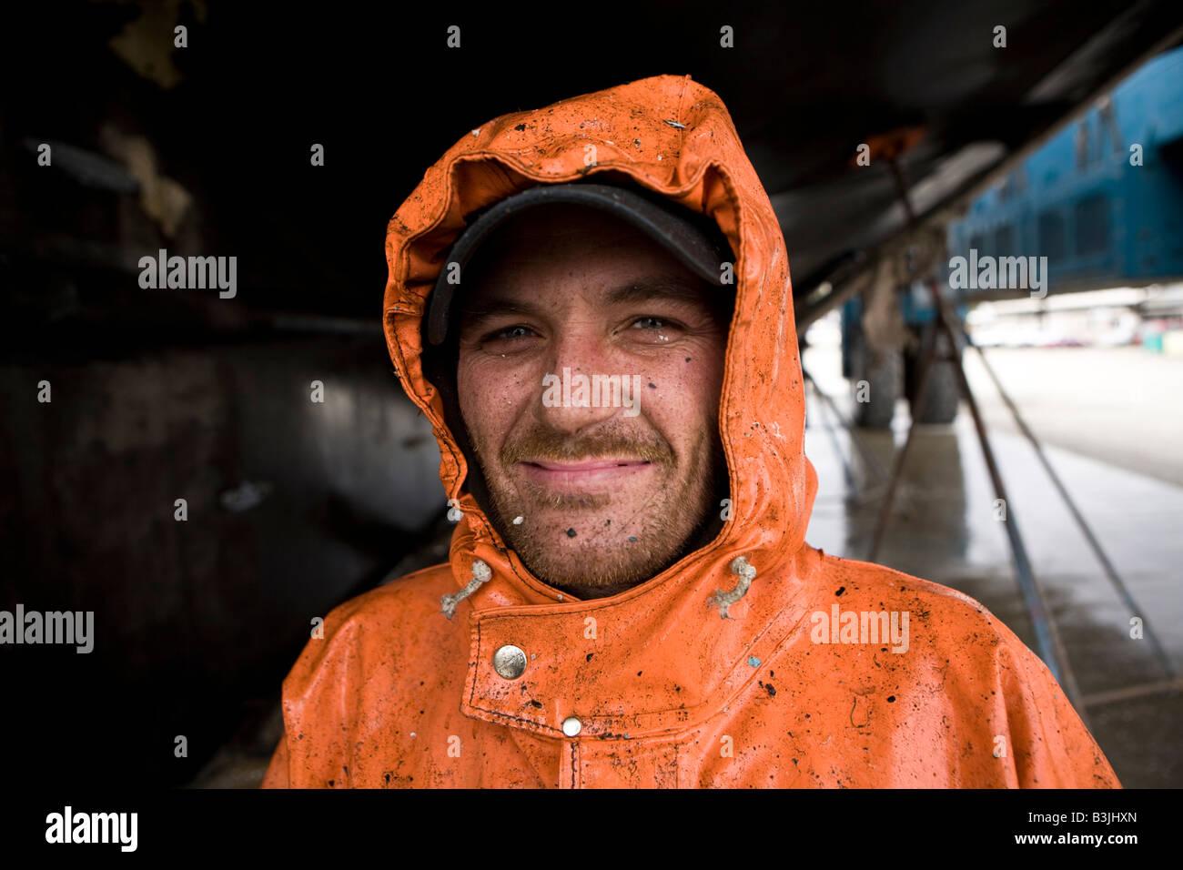 Robert Palmer lavaggi a pressione la parte inferiore di un 88 piedi lungo la pesca in barca Leann nel cantiere navale Foto Stock