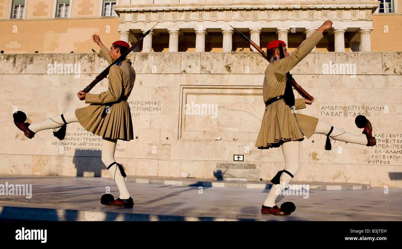 Tradizionale Guardia Evzon presso la tomba del Milite Ignoto, Atene, Grecia Hellas Foto Stock