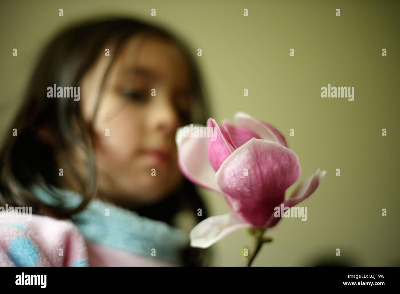 Bambino tiene Magnolia fiore Immagini Stock